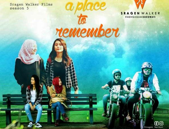 Dua remaja duduk di kursi dengan latar belakang baliho besar berisi tentang perjalanan. Ilustrasi itu menjadi tajuk dalam pemutaran film A Place to Remember di sebuah kafe di Sragen, Senin (29/5/2017) malam. (Istimewa/Sragen Walker)