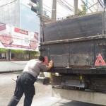 KISAH INSPIRATIF : Bantu Dorong Truk, Polisi di Semarang Ini Tuai Pujian