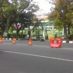 LALU LINTAS SOLO : Jl. Adisucipto Dekat Jl. Pakel Dibarikade, Pengendara Putar Balik di Depan SMA Ursulin