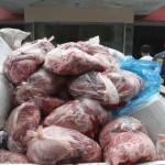 Petugas Satreskrim Polresta Solo menyita hampir 1 ton daging celeng siap edar dari seorang tersangka di Jebres, Solo, Jumat (9/6/2017). Daging celeng yang didatangkan dari Lampung itu akan diedarkan di beberapa pasar di Soloraya dengan cara dioplos dengan daging sapi. (Sunaryo Haryo Bayu/JIBI/Solopos)