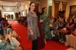 Model memperagakan busana batik eksklusif koleksi Danar Hadi dalam fashion show bertajuk Inspiring Ramadan di griya Wuryoningratan, Jl Slamet Riyadi, Solo, Kamis (15/6/2017). Acara tersebut digelar dalam menyambut Lebaran. (Sunaryo Haryo Bayu1438H/Solopos/JIBI)