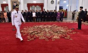 Gubernur DKI Jakarta Djarot Saiful Hidayat (kiri) bersiap menandatangani berita acara pelantikan di Istana Negara, Jakarta, Kamis (15/6/2017). (JIBI/Solopos/Antara/Puspa Perwitasari)