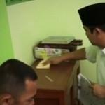 RAMADAN 2017 : Ini yang Dibersihkan Hendi Saat Ikut Gerakan Jarik Masjid