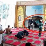 WISATA SEMARANG : Di Masjid Kapal Ngaliyan, Wisatawan Selfie di Depan Orang Salat