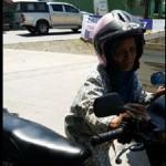 Khasanah, warga warga Desa Sukodadi, Kecamatan Kangkung, Kabupaten Kendal, Jateng menuntun sepeda motornya di dekat jembatan Kali Bodri di Kecamatan Cepiring, Kabupaten Kendal, Jateng, Kamis (22/6/2017). (Facebook.com- Mazsrikandi Penjualroti)