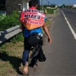 Pria pejalan kaki dari Solo menuju Jakarta tiba di kawasan Bangak, Banyudono, Kabupaten Boyolali, Jawa Tengah (Jateng), Minggu (4/6/2017). (Facebook.com-Rinni Prisma)