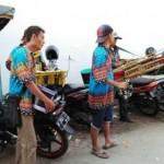 Pengamen yang berbekal sejumlah alat musik perkusi beraksi di kawasan Pasar Gang Baru, Kranggan, Semarang Tengah, Kota Semarang, Jateng. (Facebook.com-?Thomas Tedy Tan)