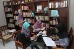 Sejumlah remaja tengah membaca di Cafe Library, sebuah perpustakaan merangkap kafe di kawasan Banjarsari, Solo. (Dok. Solopos)