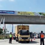 Petugas Satlantas dan Dishub Sragen menghalau truk yang melintas di jalur tol Ngawi-Solo, tepatnya di perlintasan Paldaplang, Sambungmacan, Sragen, Selasa (27/6/2017). (Tri Rahayu/JIBI/Solopos)