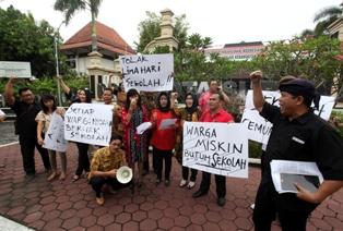 Anggota FPDI DPRD Kota Solo berunjuk rasa menolak kebijakan lima hari sekolah, di depan Kantor DPRD Kota Solo, Selasa (13/6/2017). (M. Ferri Setiawan/JIBI/Solopos)