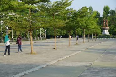 Berselfie di sekitar peneduh di Stadion Manahan. (Mariyana Ricky P.D./JIBI)