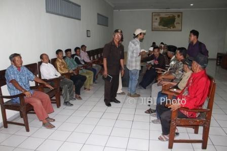 Puluhan warga sekitar WKO Sragen mendatangi Gedung DPRD Sragen, Senin (17/7) pagi. (Kurniawan/JIBI/Solopos)