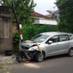 KECELAKAAN MADIUN : Keliru Injak Pedal Gas Mobil, Ibu-Ibu Tabrak Pohon dan Tiang Listrik