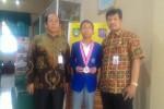 KISAH INSPIRATIF : Anak Penjual Mainan Ini Raih Medali Perak OSN 2017
