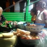 Painah melayani pembeli di lapaknya, Jl. Brigjen Katamso, Jebres, Kamis (20/7/2017) malam. (Irawan Sapto Adhi/JIBI/Solopos)