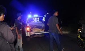 Polisi mengevakuasi jenazah korban kecelakaan di Jl. Wilis, Dukuh Pokoh, Desa Nglinggi, Klaten Selatan, Rabu (26/7/2017). (Cahyadi Kurniawan/JIBI/Solopos)