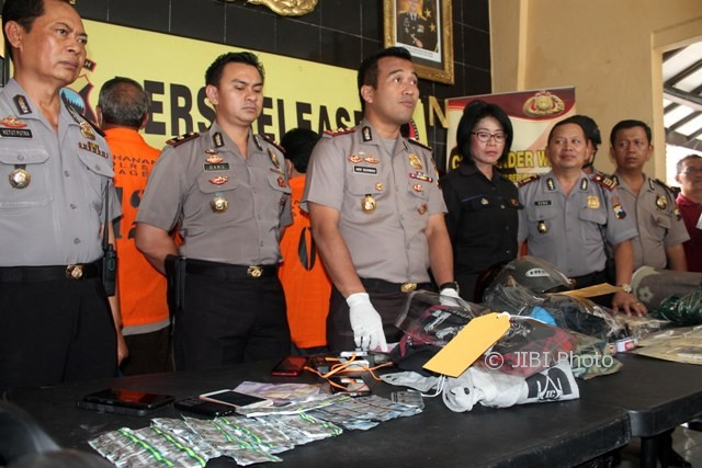 Kapolres Sragen AKBP Arif Budiman (tiga dari kiri) menggelar lima kasus pidana di lobi Mapolres Sragen, Jumat (28/7/2017) siang. (Tri Rahayu/JIBI/Solopos)
