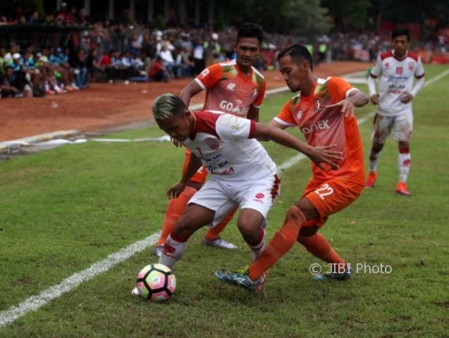 Pemain Persis Solo, Joko Prayitno (tengah), berusaha menjaga bola saat melawan Srage United di Stadion Taruna, Sragen, Minggu (30/4). (JIBI/Solopos/M. Ferri Setiawan)