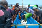 GELOMBANG TINGGI PANTAI SELATAN : Badai Tropis Sonca Menyerang, Nelayan Susah Melaut