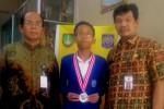 Ananda Hafidh Rifa'i Kusnanto diapit Kepala SMAN 4 Solo, Thoyibun (kiri) dan guru pembimbingnya, Munarso. (Solopos-Septhia Ryanthie)