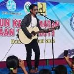 Pria yang dianggap mirip Ariel Noah (berkacamata) menyanyi di acara Pencanangan Tahun Keselamatan untuk Kemanusiaan di Alun-Alun Demak, Bintoro, Kecamatan Demak, Kabupaten Demak, Jateng, Minggu (30/7/2017) pagi. (Facebook.com-Septian-Septian)