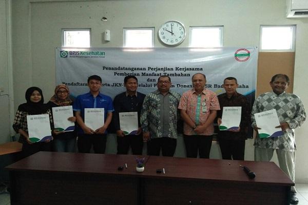 Kepala BPJS Kesehatan Sleman-Kulonprogo Janoe Tegoeh Prasetijo (tiga dari kanan) berfoto bersama usai penandatanganan MoU program donasi JKN KIS, Jumat (28/7/2017). (Abdul Hamid Razak/JIBI/Harian Jogja)