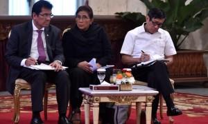 Menkumham Yasonna Laoly (kanan), Menteri Kelautan dan Perikanan Susi Pudjiastuti (tengah), dan Menteri Aparatur Negara dan Reformasi Birokrasi Asman Abnur (kiri) mengikuti Sidang Kabinet Paripurna tentang RAPBN 2018 di Istana Negara, Jakarta, Senin (24/7/2017). (JIBI/Solopos/Antara/Puspa Perwitasari)