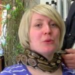 Nadine Knect mencoba pijat ular piton di salon Haar Mode Team (Ruptly)
