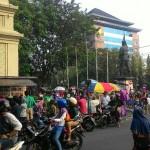 CAR FREE DAY SOLO : CFD Masih Libur, PKL Menumpuk di Bundaran Gladak