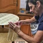 Paola Abraini sedang membuat pasta terlangka di dunia (BBC Eliot Stein)