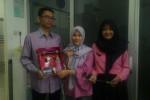 Tim mahasiswa UNS yang beranggotakan Yayan Dwi Sutarni, Alfiyatul Fithri, dan Burhan Fatkhur Rahman (dari kanan ke kiri), berhasil membuat alat pemurni udara dengan memanfaatkan limbah tempurung kelapa. (JIBI/Solopos/Septhia Ryanthie)