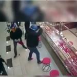 Perampok toko emas kesusahan saat akan memecah kaca etalase (Facebook)
