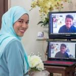 Perempuan asal Malaysia berkomunikasi dengan tunangannya melalui video call (Facebook)