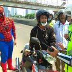 Pria berkostum Spider-Man bantu polisi lakukan razia (Twitter TMCPoldaMetro)