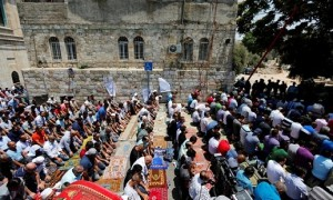 Ribuan muslim salat di luar Masjid Al Aqsa (JIBI/Reuters/Muammar Jamel Awad)