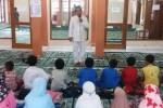 Kak Ali (berdiri) saat mendongeng di hadapan anak-anak di sebuah Masjid di Banguntapan, Bantul belum lama ini. (Sunartono/JIBI/Harian Jogja)