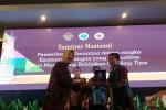 Catatan Foto Kepala Badan Karantina Kementrian Pertanian Banun Harpini (kiri) memberikan kenang-kenangan kepada narasumber dalam seminar nasional terkait pemeriksaan karantina untuk keamanan pangan di UC UGM, Jumat (7/7/2017). (Sunartono/JIBI/Harian Jogja)