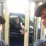 Wayne Roone diajak foto bersama pegawai restoran (Mirror/Istimewa)