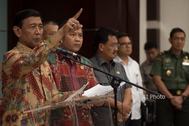 Menko Polhukam Wiranto (kiri) bersama Menkominfo Rudiantara (kedua kiri) memberi keterangan pers di Kemenkopolhukam, Jakarta, Rabu (12/7/2017, terkait Perppu Ormas.(JIBI/Solopos/Antara/Rosa Panggabean)