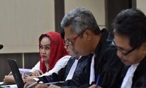 Bupati nonaktif Klaten Sri Hartini mendengarkan keterangan saksi di Pengadilan Tipikor Semarang, Jumat (28/7/2017). (JIBI/Solopos/Antara/R. Rekotomo)