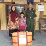 Adi Mulyono Ngatiran bersama dengan istri dan cucunya di rumahnya Dusun Dengok VI, Desa Dengok, Kecamatan Playen, Kamis (27/7/2017). (JIBI/Irwan A. Syambudi)