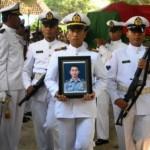 Sejumlah prajurit TNI AL mengusung peti jenazah almarhum Kapten (P) Haryanto saat akan dimakamkan di Desa Pelemwulung, Pulorejo, Grobogan, Jateng, Senin (3/7/2017). (JIBI/Solopos/Antara/Yusuf Nugroho)