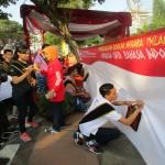Duta Bahasa Jateng Bagikan Kamus di Car Free Day Simpang Lima