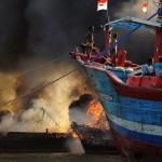 FOTO KEBAKARAN PATI : Dahsyatnya Api Kapal Nelayan Juwana
