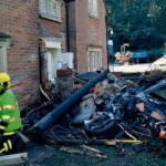 Supercar McLaren yang hancur karena menabrak tiang dan rumah. (Istimewa)
