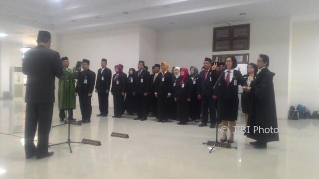 Sekda Kota Solo, Budi Yulistyanto (kiri), mengambil sumpah dan janji 23 kepala sekolah dan 6 pengawas yang dilantik di Aula Kantor Dinas Pendidikan Solo, Selasa (26/7/2017). (Septhia Ryanthie/JIBI/Solopos)