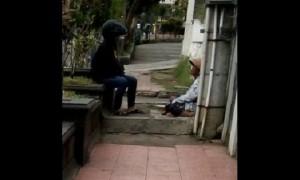 Pengemis (kanan) dan orang yang diduga menjadi bosnya (kiri) di Jl. Jenderal Sudirman, Kota Salatiga, Jateng. (Facebook.com-Arief Sadewa)