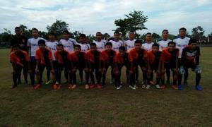 Istimewa/Panpel Perseda Cup Pemain Persetan (berdiri) dan pemian Manunggal (jongkok) berfoto bersama sebelum berlaga di Lapangan Sasono Krido Anggo, Dalangan, Sukoharjo, Jumat (28/7/2017).