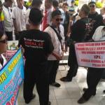 Sopir Taksi Argometer Bawa Keranda, Tuntut Ketegasan Pemerintah