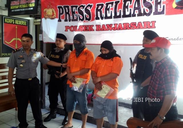 Kapolsek Banjarsari Kompol I Komang Sarjana (kiri) menunjukkan kedua pelaku kasus penyalahgunaan narkotika di Mapolsek, Senin (31/7/2017). (Muhammad Ismail/JIBI/Solopos)